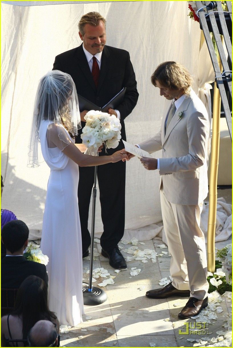 milla-jovovich-wedding-picture-12